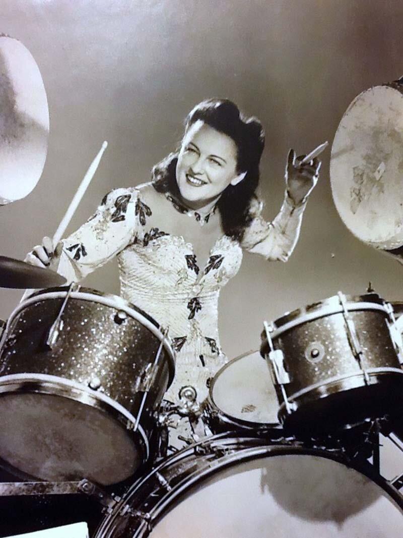 Эта женщина начала играть на барабанах ещё в 1920-х годах, и этим она занимается до сих пор, даже в свои 106 лет