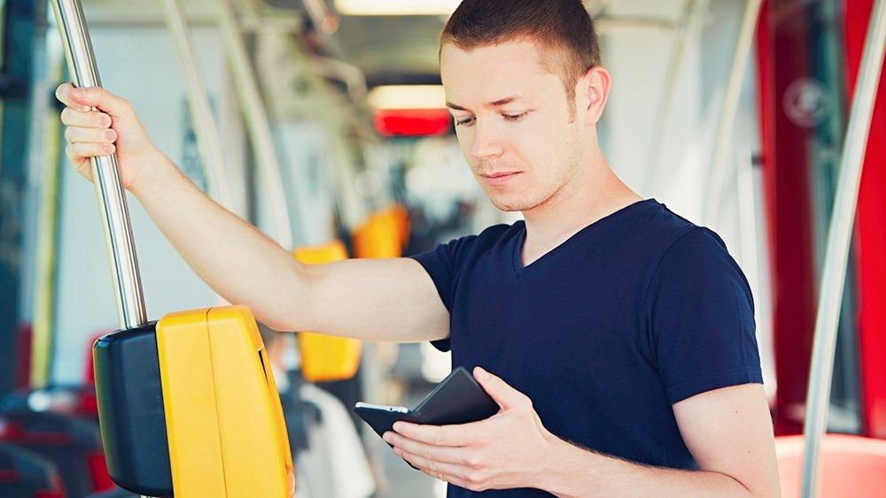 Частные автобусы в Москве начали принимать оплату со смартфонов