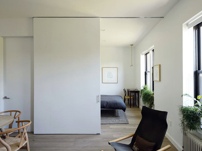 Раздвижные двери в интерьере небольшой квартиры.