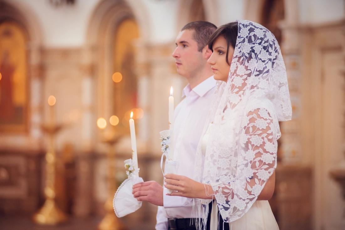 Никто не должен переходить дорогу жениху и невесте, идущим на венчание.