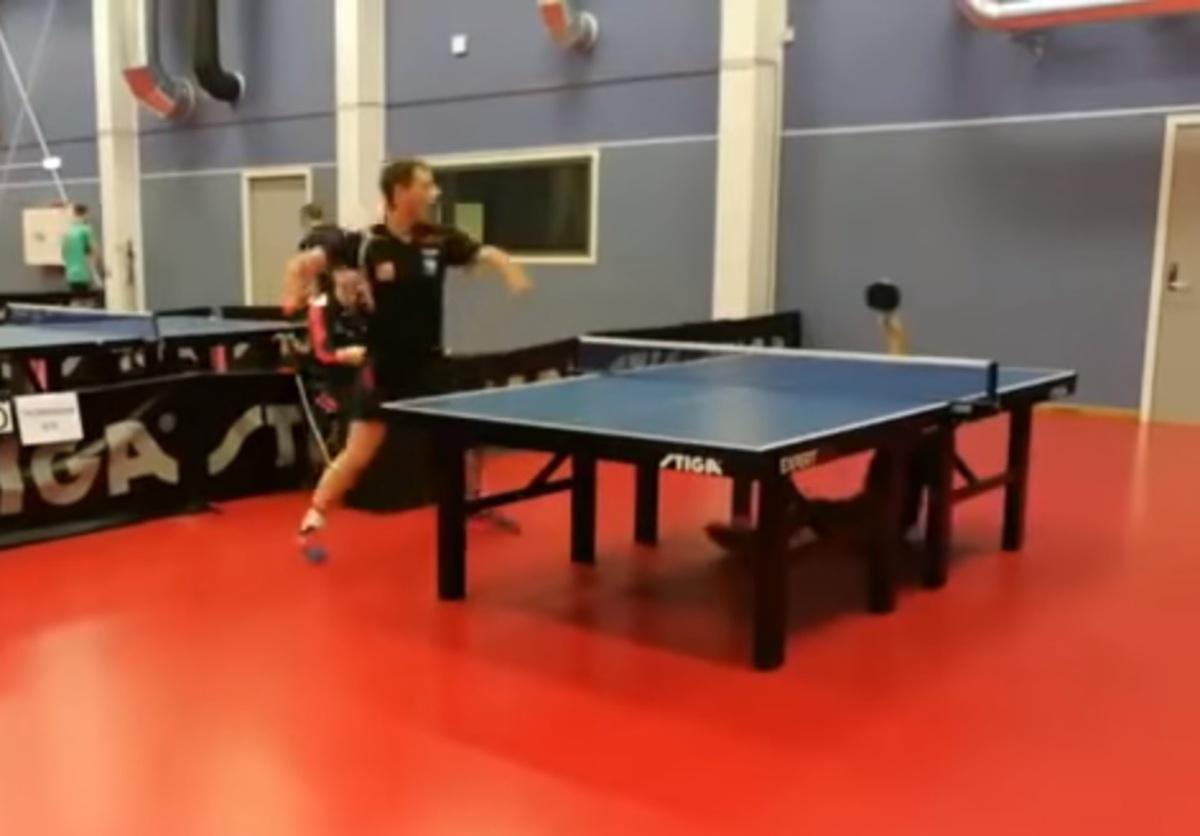 Игрок в настольный теннис победил, лёжа на полу