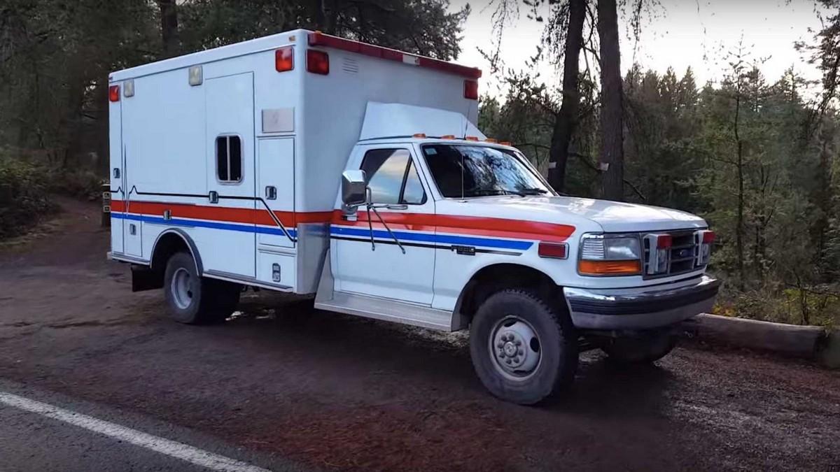 Американец превратил старую машину скорой помощи в дом на колёсах