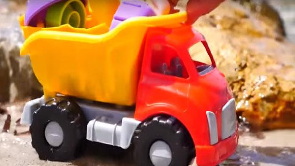 Видео с игрушечными машинками понравится малышам!