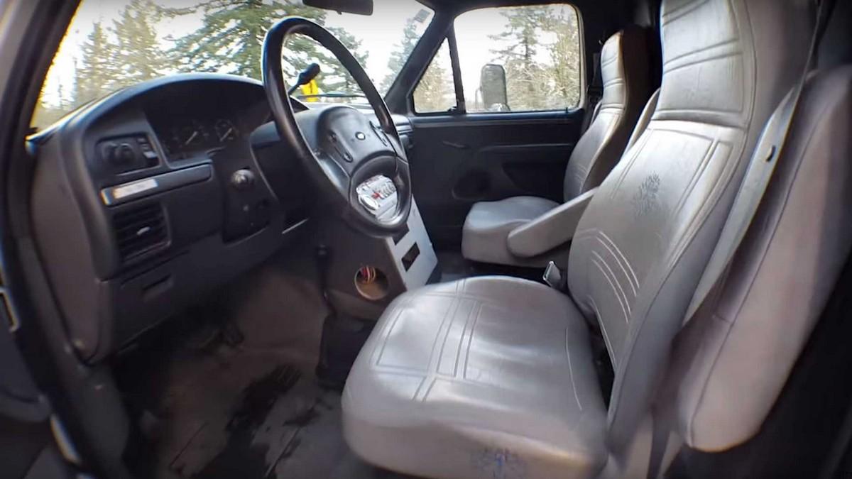 Американец превратил старую машину скорой помощи в дом на колёсах можно, действительно, дизельный, маленький, совсем, «скорой», «автоматом», классическим, работающий, мотор, 73литровый, службы, тяговитый, расположился, капотом, Motor, производства, ходовая, трансмиссия, Двигатель