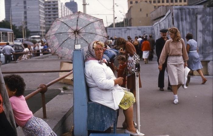 Уличное взвешивание советских граждан и пропаганда здорового образа жизни.