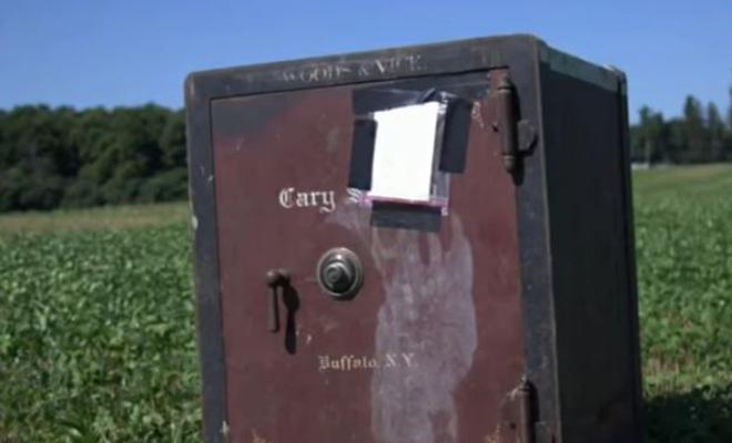 «Получишь приз, если сможешь открыть»: фермер нашел на своем поле сейф со странной запиской Культура