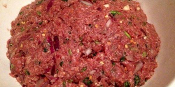 Фарш для люля-кебаба с томатной пастой, лимонным соком и яйцом