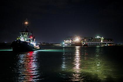 Застрявшее в Суэцком канале судно попытаются переместить ночью во время прилива Экономика