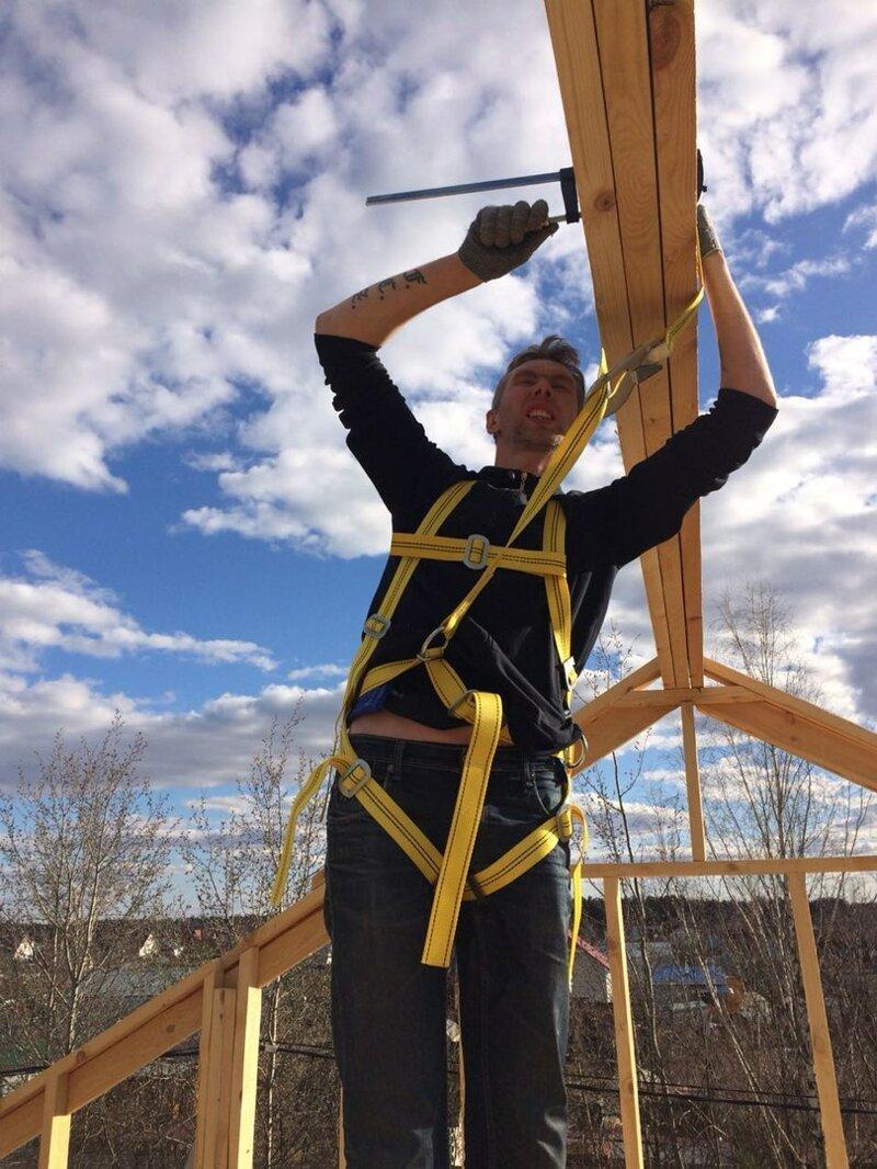 Быстро начало теплеть, стал таять снег, работать стало веселее! В качестве коньковой балки использовали строенную доску 200х50 мм, шестиметровый брус 200х150 поднять вдвоём было невозможно. У меня боязнь высоты, поэтому я работал со страховкой! дача, дом своими руками, строим сами