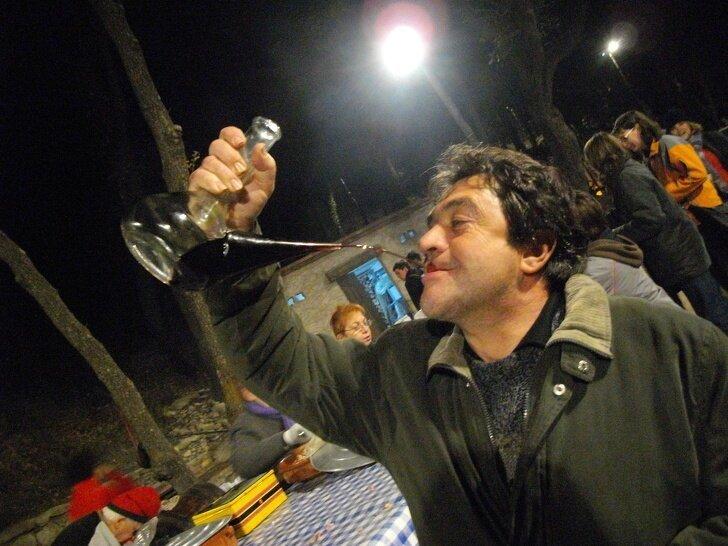 В Каталонии вино пьют из бутылок с узким горлышком, метко направляя тонкую струйку прямо в губы страны, факты, это интересно