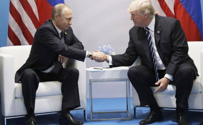 Трамп решил задушить Путина в объятиях