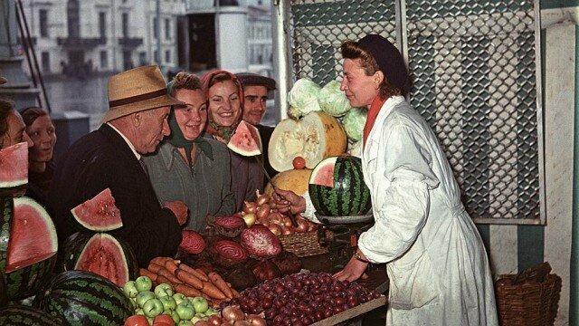 Продажа овощей и фруктов на Трубной площади в Москве. Яков Рюмкин, 1956 СССР, фото, это интересно