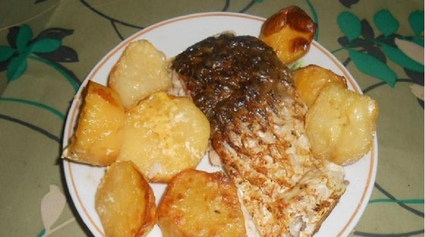 Сазан в сметанном соусе: готовим с картофелем в духовке