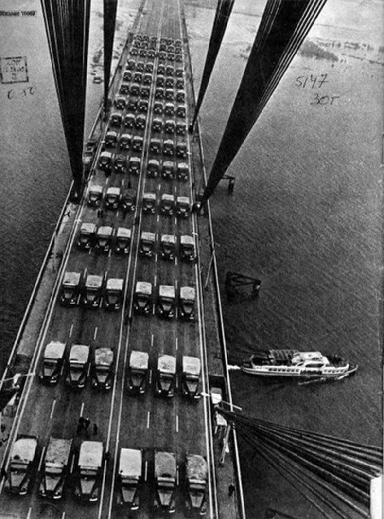Испытание на прочность Московского моста УРСР, на мост вывезли 150 50 КрАЗов, кузова которых были доверху загружены песком. При чем этого веса было выше нормы. история, классика, фото