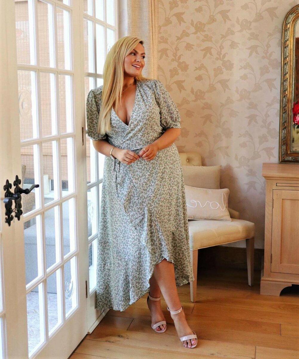 Платья для пышных красоток: модели, которые выделят женственные формы