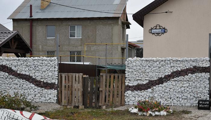 Семья не смогла найти строителей для установки забора и сама сделала собственный шедевр
