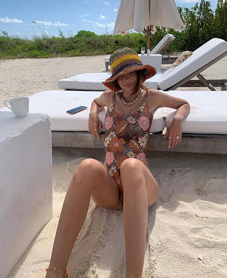 Эмили Ратажковски опять критикуют в сети. На этот раз — за употребление алкоголя при кормлении грудью Новости