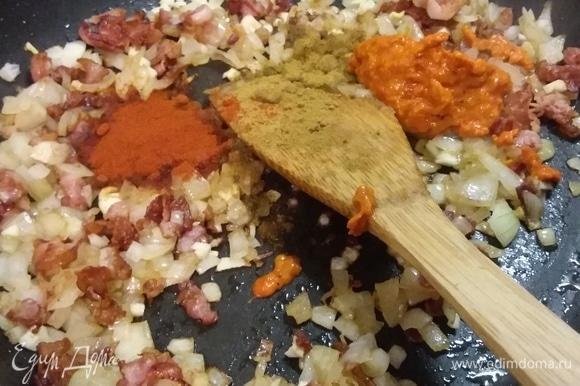 Итак, копченую свинину залить 1,5 литрами воды и варить 20 минут. В это время разогреть в сковороде масло и обжарить бекон до золотистого цвета, добавить лук и пассеровать до прозрачности. Добавить чеснок, порошок красной паприки, зиру и пасту из перцев (у меня айвар — это тоже паста из запеченных перцев). В оригинальном рецепте на этом этапе советуют добавить 70 г муки, я обошлась без нее. Обжарить все вместе и выложить смесь в кастрюлю с супом.