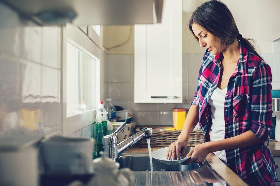 Девушка с посудой картинки