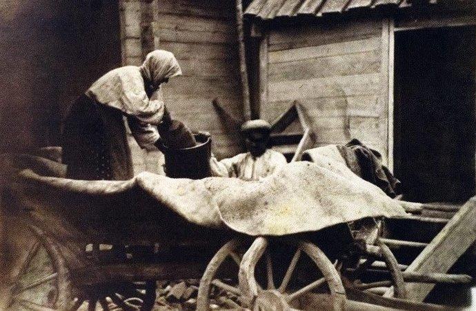 25. Пожилая женщина пересыпает овес до революции, донские казаки, история, казаки, казачий быт, фотографии