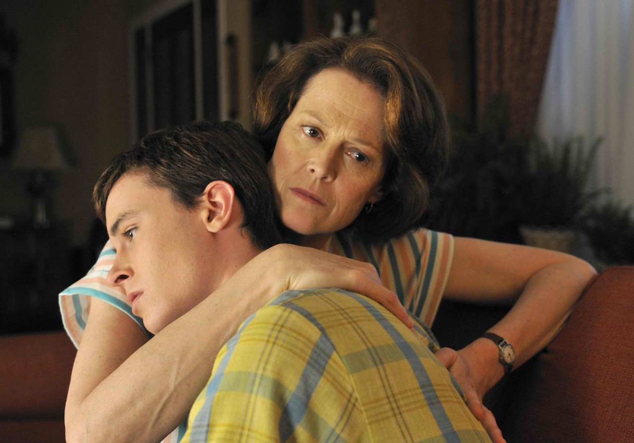 Фото инцеста с отчимом, Инцест фото отец с матерью трахнули дочку на диване 20 фотография