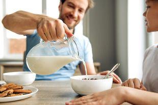 Исключительно полезный продукт? Почему молоко давали «за вредность»