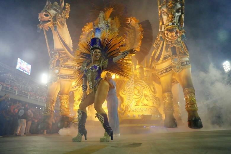 Участники школы самбы Vila Isabel выступают на Самбодроме на второй день карнавала бразилия, в мире, карнавал, события, фото, фотоотчет, фоторепортаж
