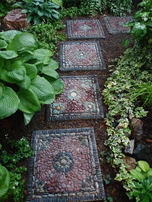 Садовую дорожку из скучных бетонных плит можно легко декорировать при помощи разноцветной речной гальки.