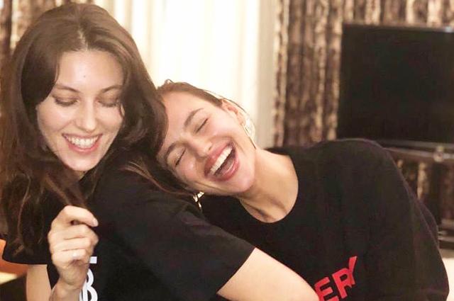 Как сестры: Ирина Шейк встретилась в Лондоне с подругой Надеждой Савковой