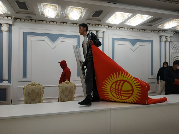 В Бишкеке захватили здание правительства Киргизии