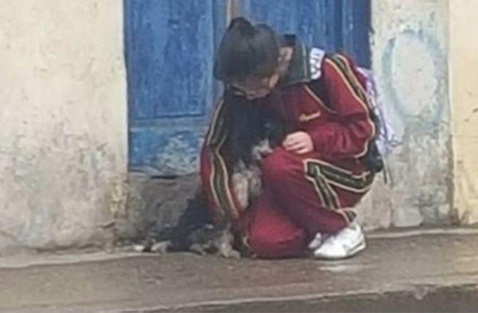 Незнакомец снял ее, когда она наклонилась. Под ее курткой спрятано что-то очень неожиданное…