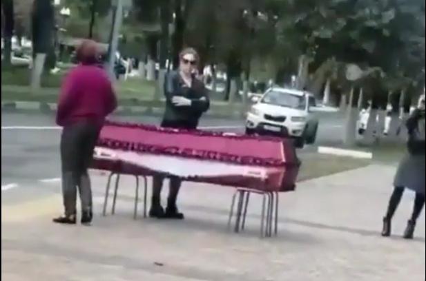В Балашихе женщина привезла гроб с телом сесты к зданию администрации