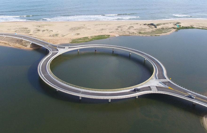 Почему этот мост круглый? Причина вызывает улыбку  :)