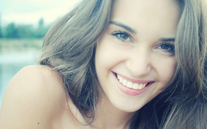 Русская улыбка призвана быть только искренней, она рассматривается как искреннее выражение хорошего настроения или расположения к собеседнику дежурная улыбка, русские, улыбка