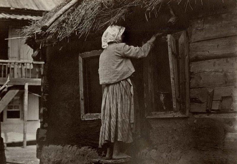 10. Женщина замазывает глиной стену до революции, донские казаки, история, казаки, казачий быт, фотографии