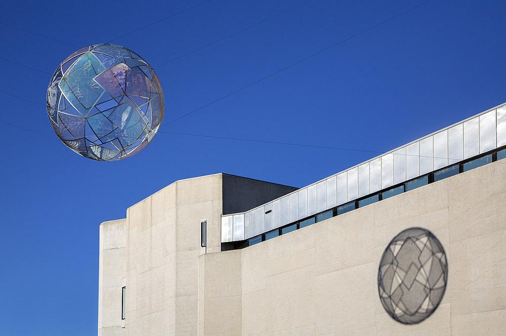 Скульптуры, витающие в воздухе. Фото