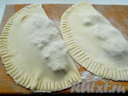 Сформировать чебуреки - раскатанное тесто завернуть вместе с мясной начинкой, вилкой прижать края.