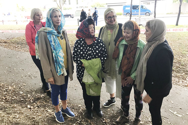 Жительницы Новой Зеландии вышли на улицы в платках в знак поддержки мусульман после теракта Новости
