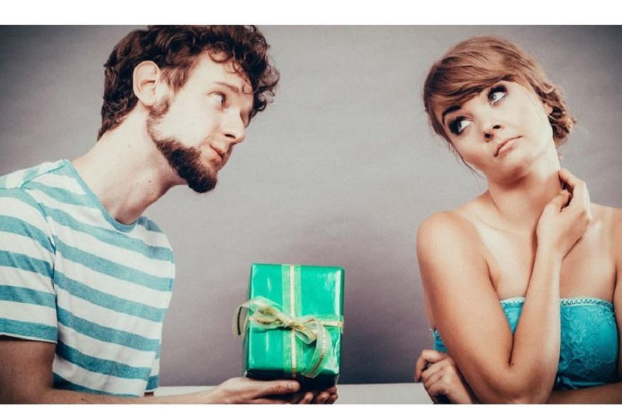Черный список: что нежелательно получить в подарок на Новый год