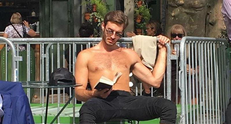 «С трудом сделала фото, не пуская слюни»: девушка ведет смешной инстаграм «Читающие красавчики»