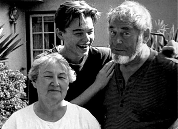 Леонардо ди Каприо с дедушкой и бабушкой | Фото: videoboom.cc