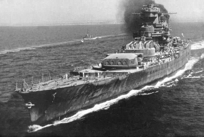 Французский линейный корабль «Jean Bart», 1945 год. Видно судьба у него была такая, мотаться по океану в недостроенном виде.