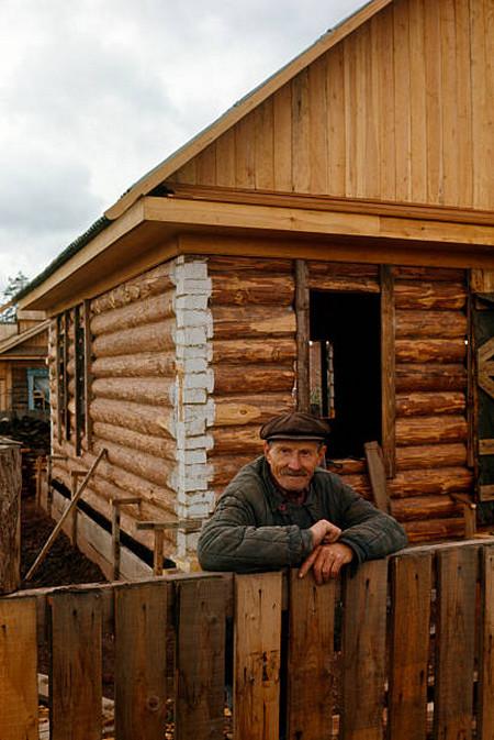 Житель Братска рядом с домом, который он построил своими руками.