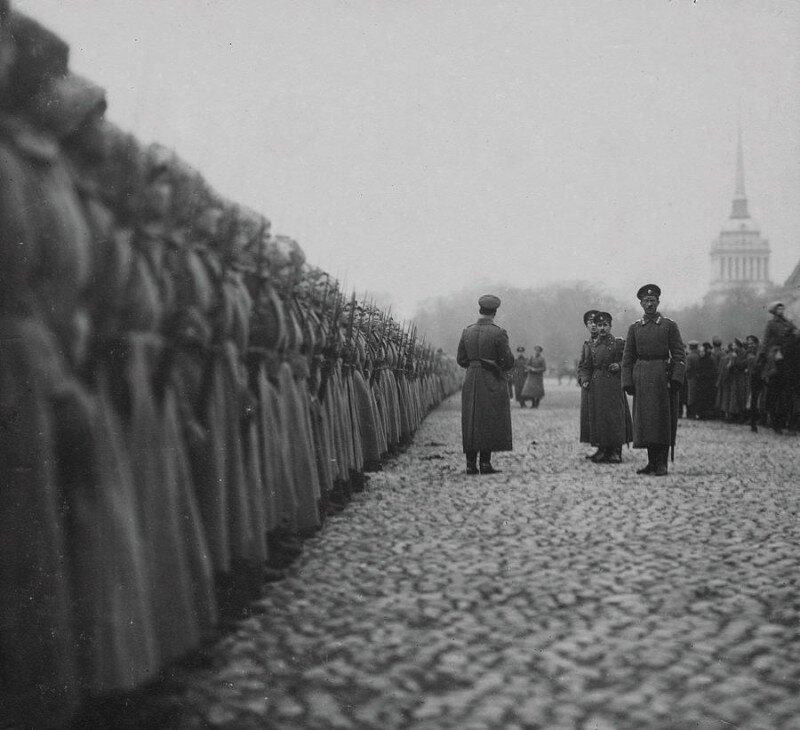Солдаты Женского батальона смерти готовятся к параду на Дворцовой площади. Петроград, 1917 год. история, ретро, фото
