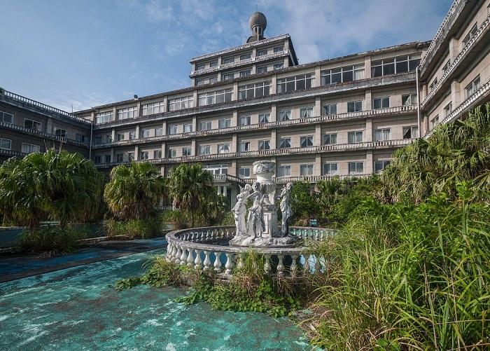 Природа наступает на некогда процветающий отель Hachijo Royal Hotel (остров Хатидзедзима, Япония). | Фото: ralphmirebs.livejournal.com.
