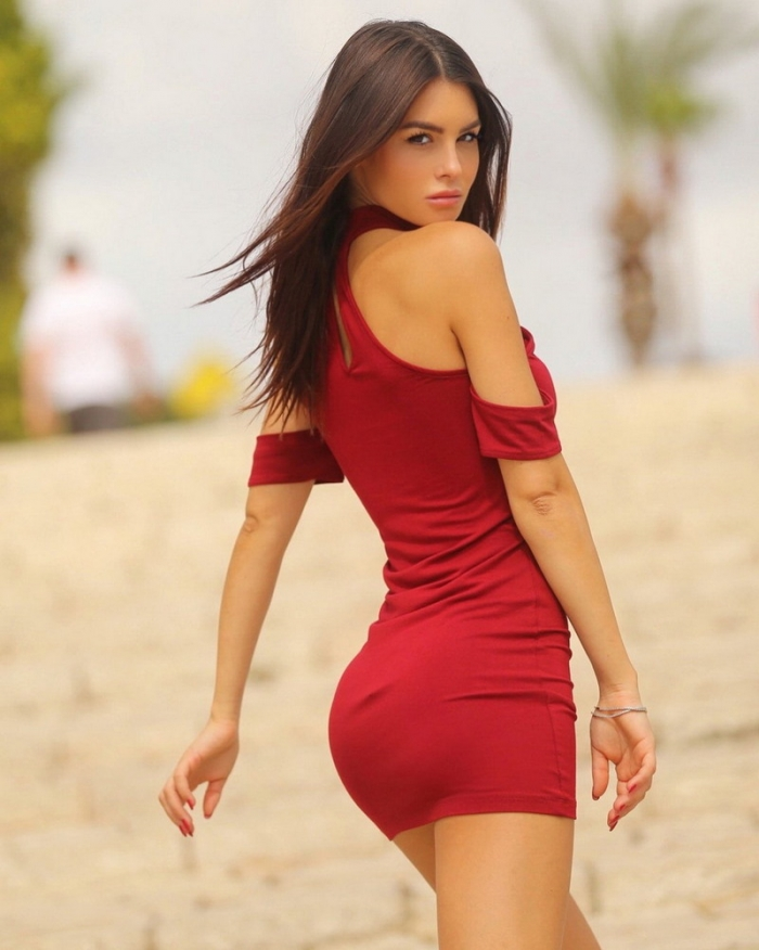 Стройные и красивые девушки в обтягивающих платьях