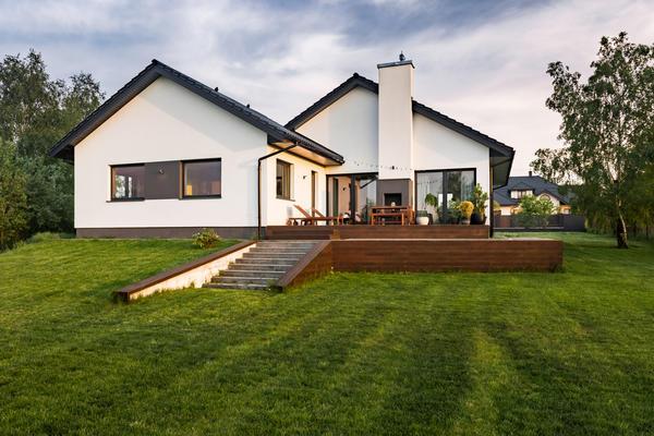 Территория, примыкающая к дому, может быть оформлена особенно интересно в том случае, если он построен на склоне