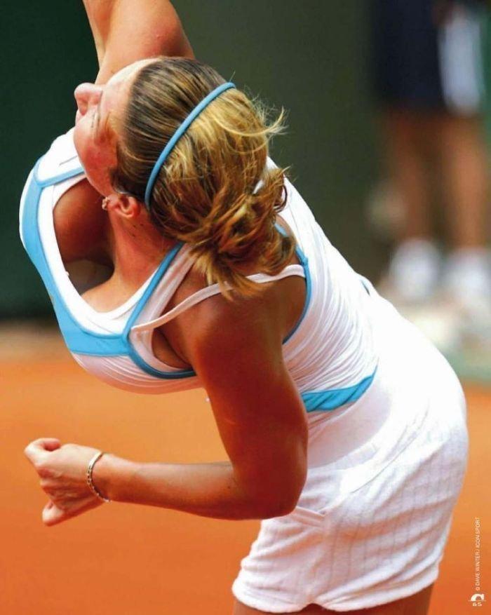 Перед вами румынская теннисистка Симона Халеп. Она обладала шестым размером груди, что очень мешало ей выигрывать на корте. Совсем отчаявшись, она решилась на операцию по уменьшению груди. грудь, девушки, йога, проблемы, спорт, тенис, формы, ягодицы