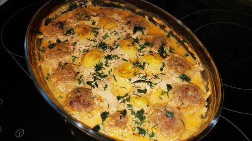 фрикадельки под сливочным соусом с картофелем