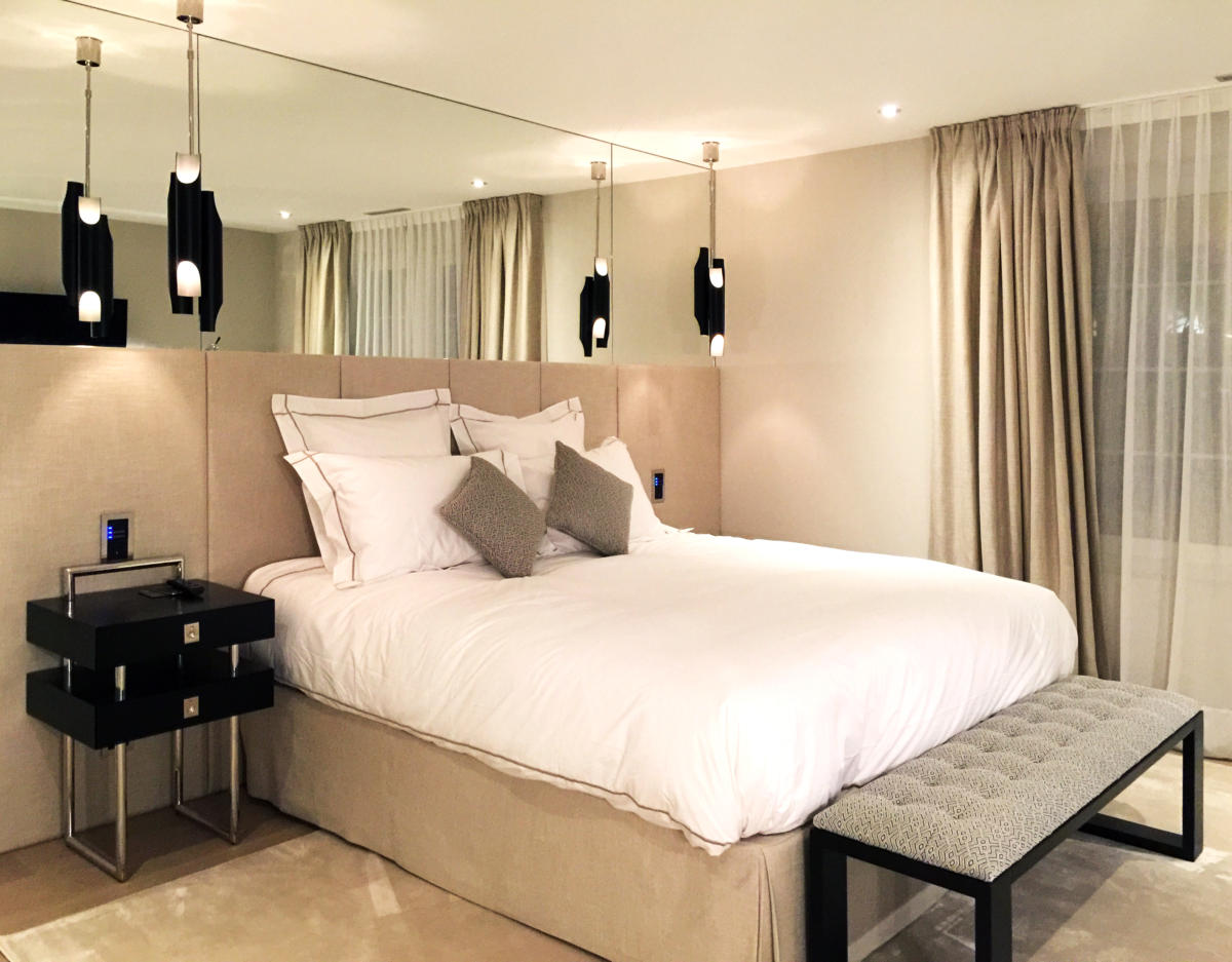 Спальня в  цветах:   Бежевый, Коричневый, Темно-коричневый.  Спальня в  стиле:   Неоклассика.